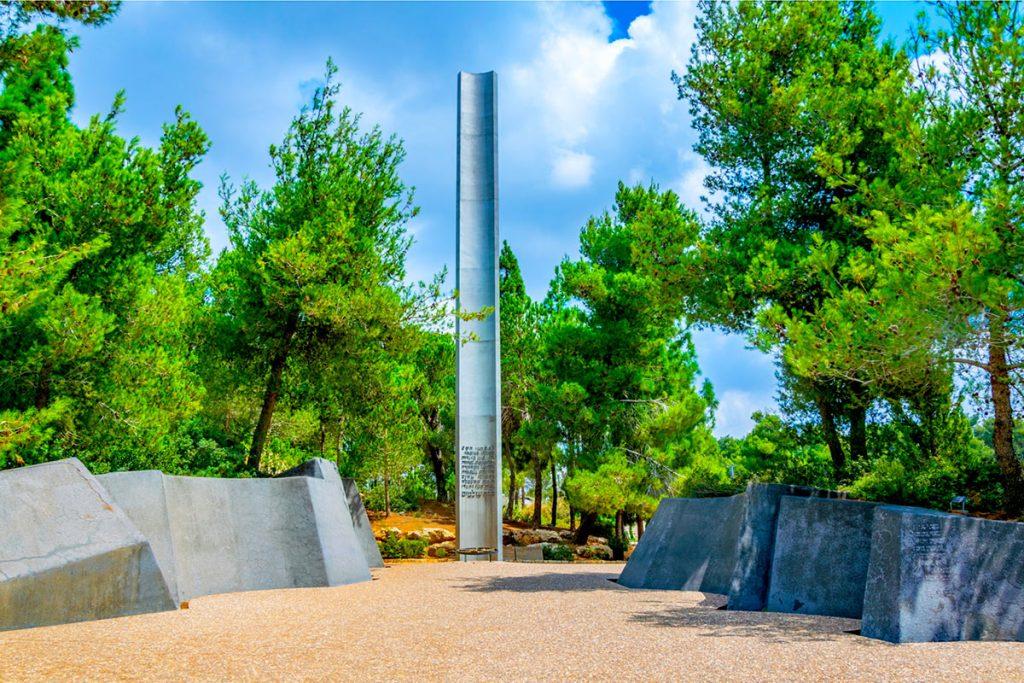 Visiting-the-Holocaust-Museum-Pillar-of-Heroism